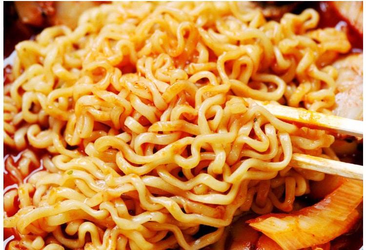 Sợi mỳ dài, cay, kết hợp với hương vị hải sản hấp dẫn