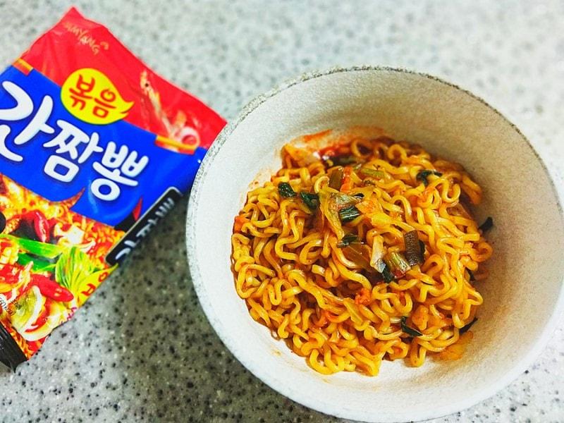 Tô mỳ hấp dẫn được chế biến từ mỳ gói hải sản cay Samyang Hàn Quốc